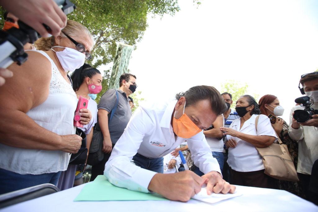 Pablo Lemus signa acuerdos con personas afectadas por las explosiones del 22 de abril