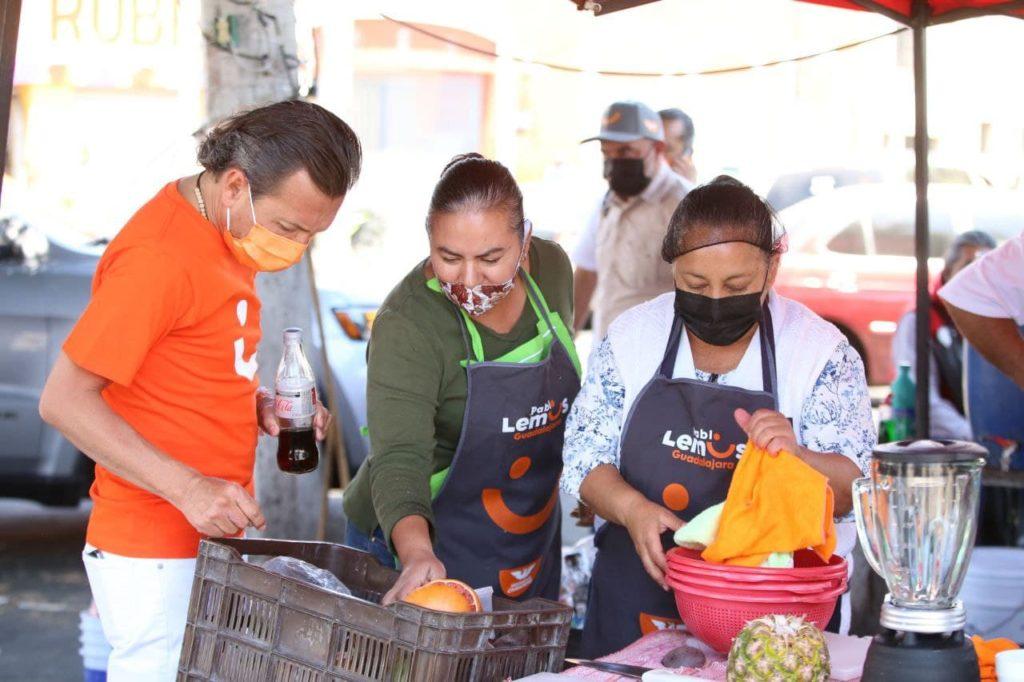Imagen de Pablo Lemus con el comercio local de Guadalajara.