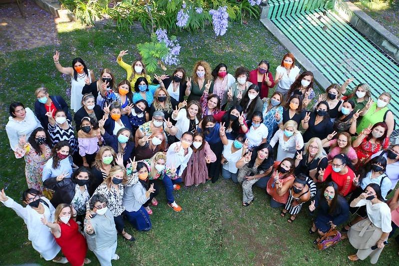 Imagen de Pablo Lemus con mujeres de diversos sectores económicos de Guadalajara.