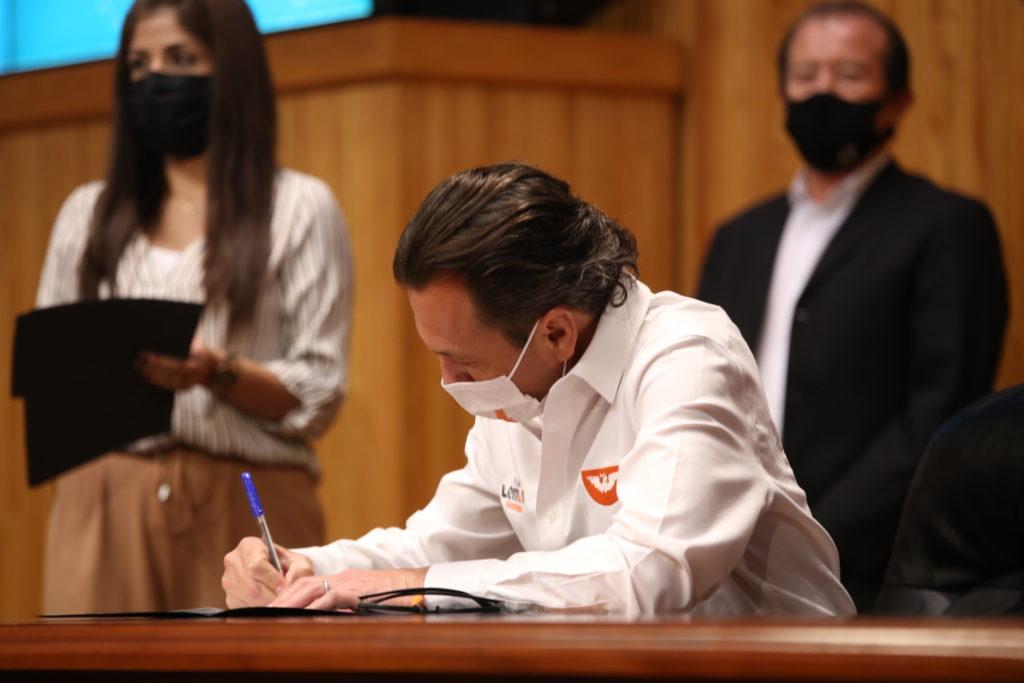 Signa Pablo Lemus compromisos por la educación con la organización Mexicanos Primero Jalisco