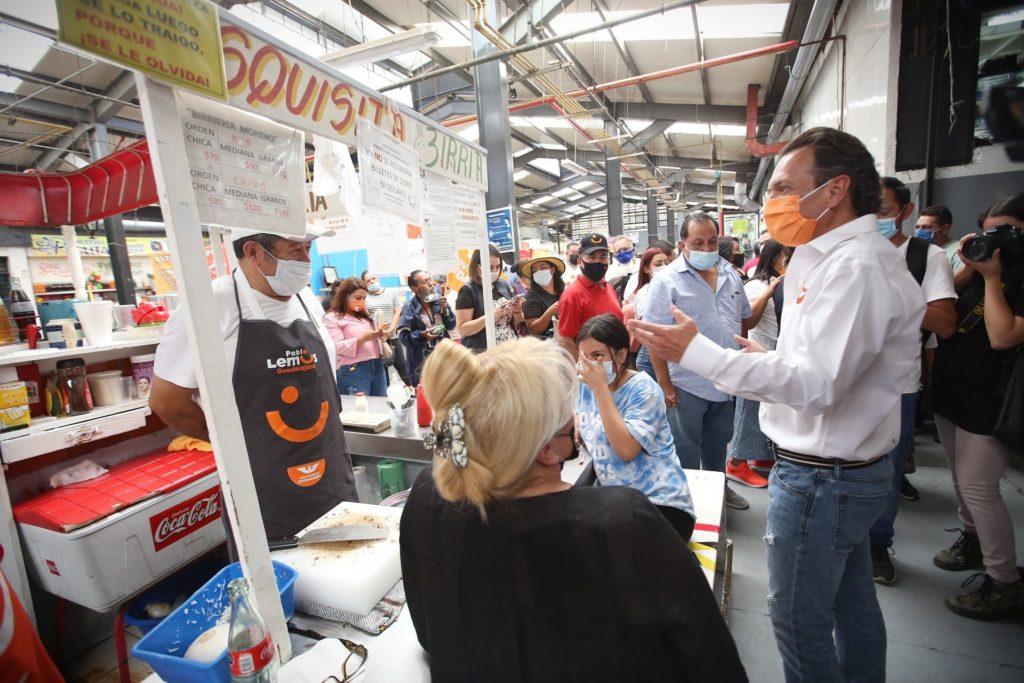 Pablo Lemus platica con locatarios en mercados de Guadalajara