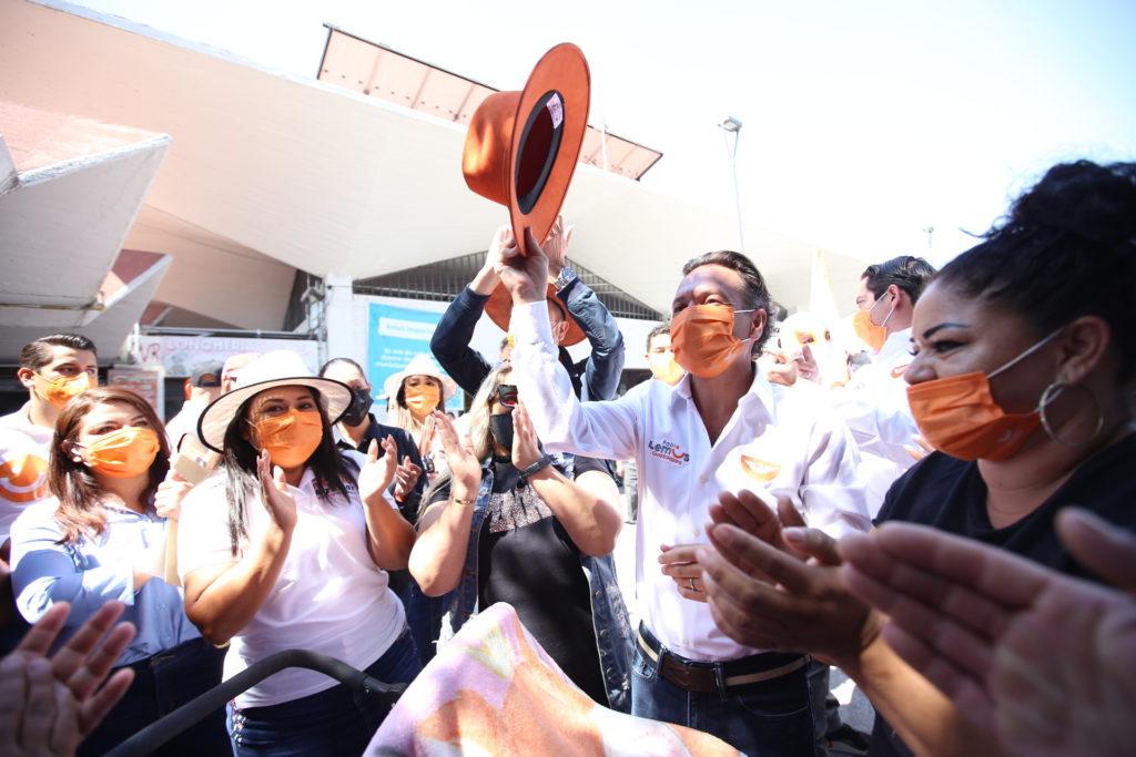 Pablo Lemus Navarro, candidato a la presidencia municipal de Guadalajara, con mujeres tapatías afuera de un mercado de la ciudad.