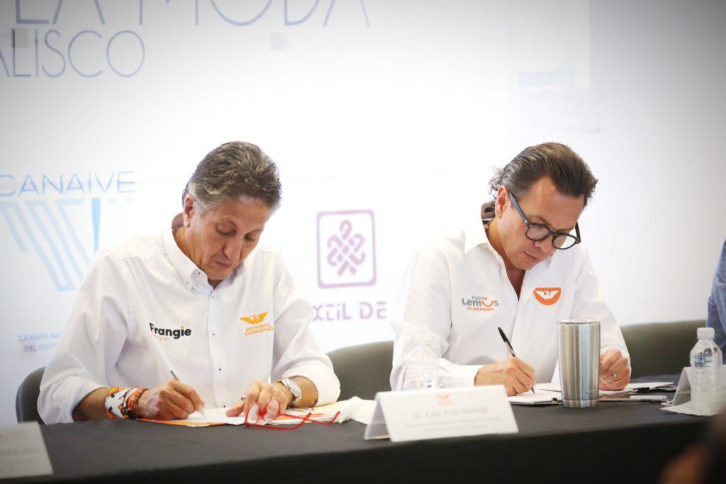 Signa Pablo Lemus compromisos con el Consejo de la Moda de Jalisco