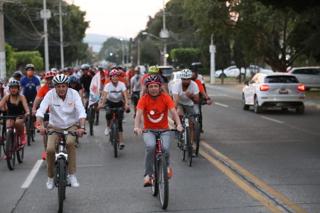 Pablo Lemus Navarro, candidato a la presidencia municipal de Guadalajara, en bicicleta por la ciudad.