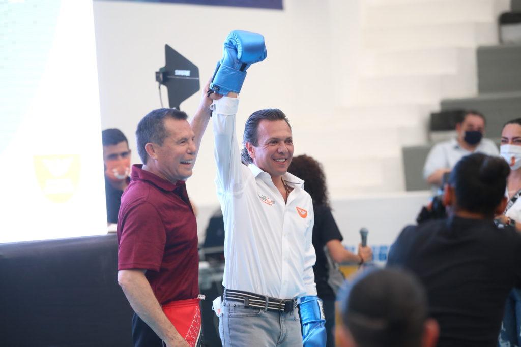 Pablo Lemus Navarro, candidato a la presidencia municipal de Guadalajara, con Julio César Chávez en la presentación de propuestas de Guadalajara bien activa.