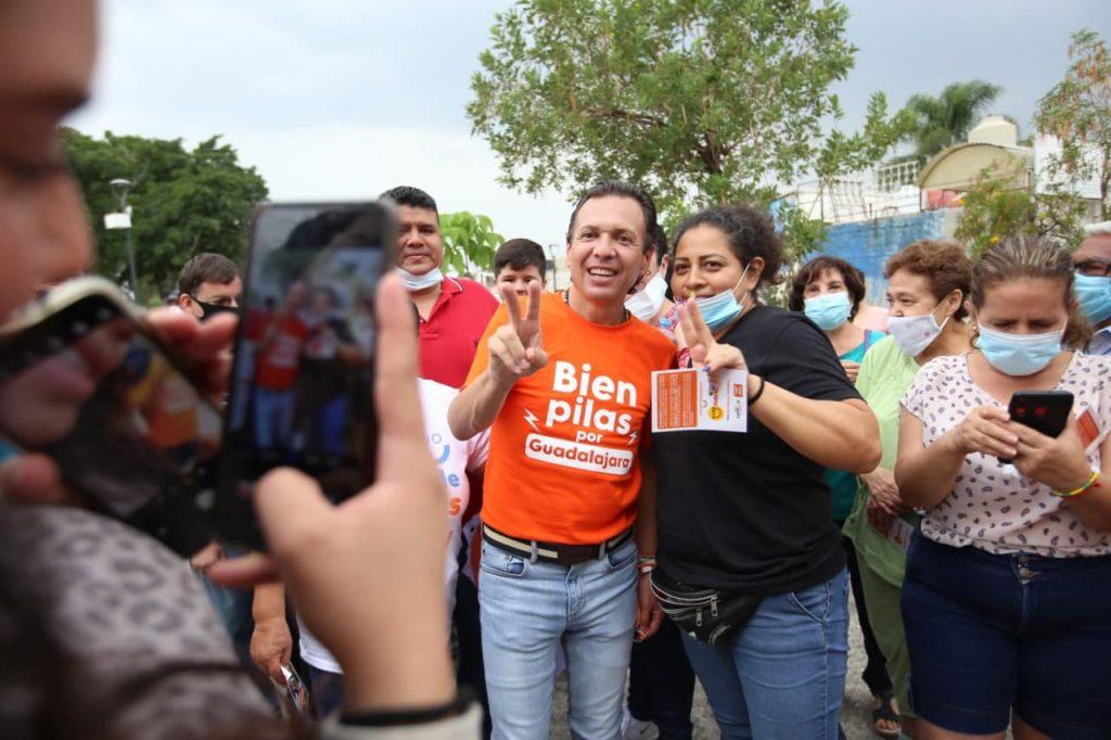 Pablo Lemus con vecinos de las colonias de Guadalajara durante su rally por el cierre de campaña